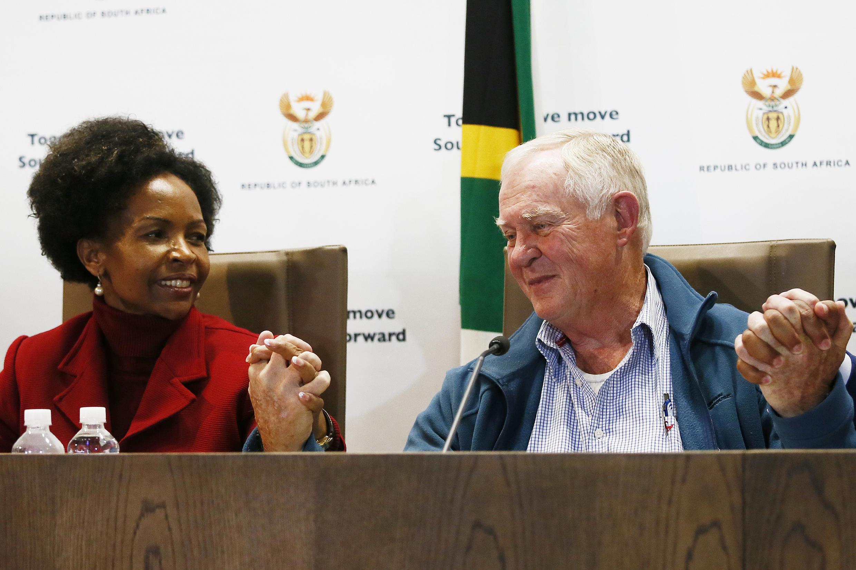 La ministre des Affaires étrangères, Maite Nkoana-Mashabane, et  Malcolm McGown, le père de l'ex-otage au Mali Steven McGown, lors d'une conférence de presse, à Pretoria, le 3 août 2017.