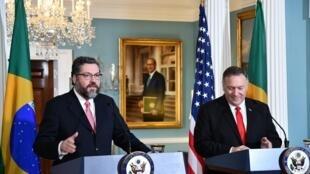 O ministro das Relações Exteriores, Ernesto Araújo, e o secretário de Estado americano, Mike Pompeo.