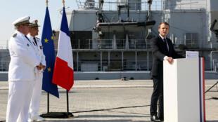 O presidente francês, Emmanuel Macron, discursa na base naval em Abu Dhabi, Emirados Árabes Unidos, 9 de Novembro de 2017