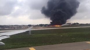 Un camion de pompier tente d'éteindre le feu de la carcasse de l'avion qui s'est écrasé juste après son décollage de l'aéroport de La Valette.