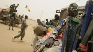 un soldat malien, sur la route entre Gao et Kidal, en juillet 2013.