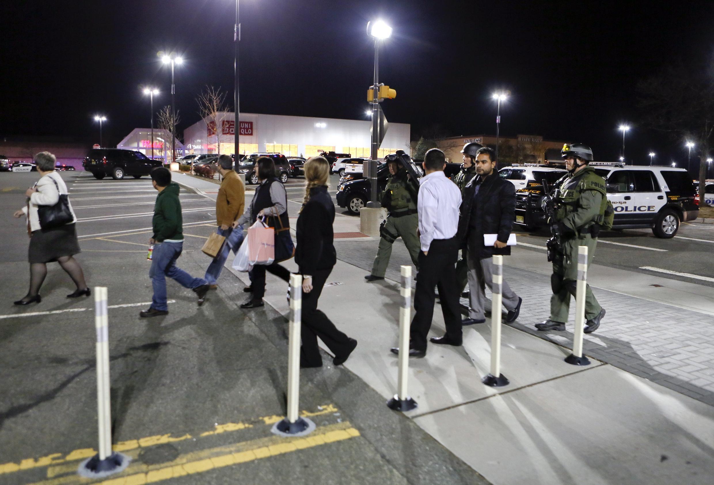 O shopping de Nova Jersey foi cercado pela polícia após os disparos na noite de segunda-feira, 4 de novembro de 2013.