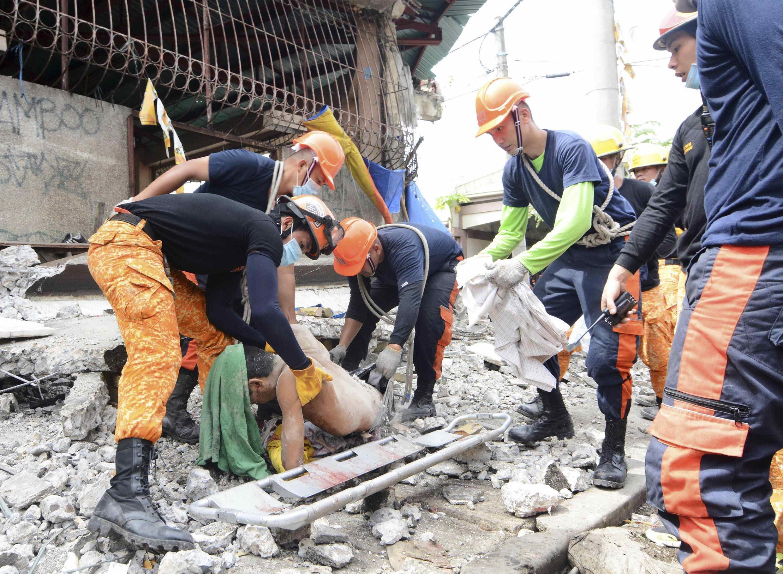 Equipes de resgate resgatam vítima de desabamento provocado por terremoto ocorrido hoje no centro das Filipinas.