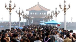 图为中国清明小长假期间青岛市栈桥景区4月3日已人满为患