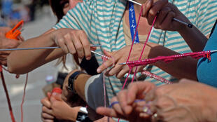 Des personnes participent à la première étape du championnat de France de vitesse du tricot.