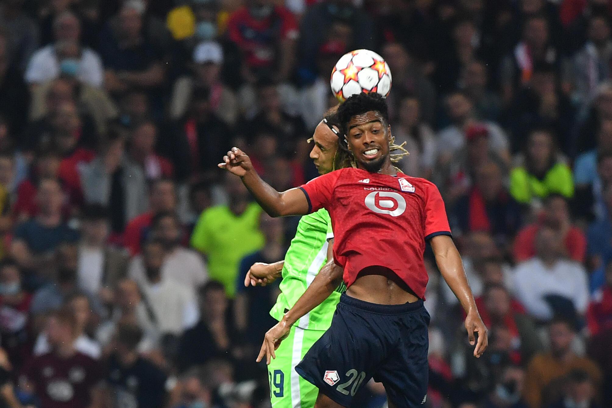 L'attaquant de Lille Angel Gomes et le défenseur de Wolfsburg Kevin Mbabu, le 14 septembre 2021 en Ligue des champions à Lille