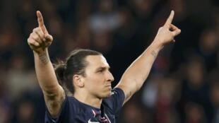 O atacante Zlatan Ibrahimovic comemora a vitória do PSG na 33ª rodada do Campeonato Francês.