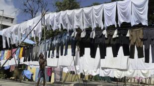 Un trabajador cuelga la ropa para su secado en una lavandería al aire libre de la ciudad india de Hyderabad el 1 de julio de 2020