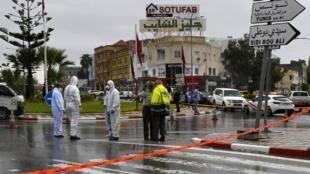 La police médico-légale enquête sur le lieu de l'attaque contre des membres de la garde nationale tunisienne, ce dimanche 6 septembre 2020, à Sousse, au sud de la capitale, Tunis.