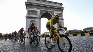 Le Colombien Egan Bernal sur la dernière étape du Tour de France 2019 le 28 juillet devant l'Arc de Triomphe à Paris