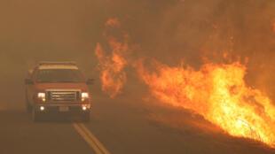 Lửa cháy rừng lan ra cả đường ô tô ở Lakeport, California, Mỹ ngày 31/07/2018.8.