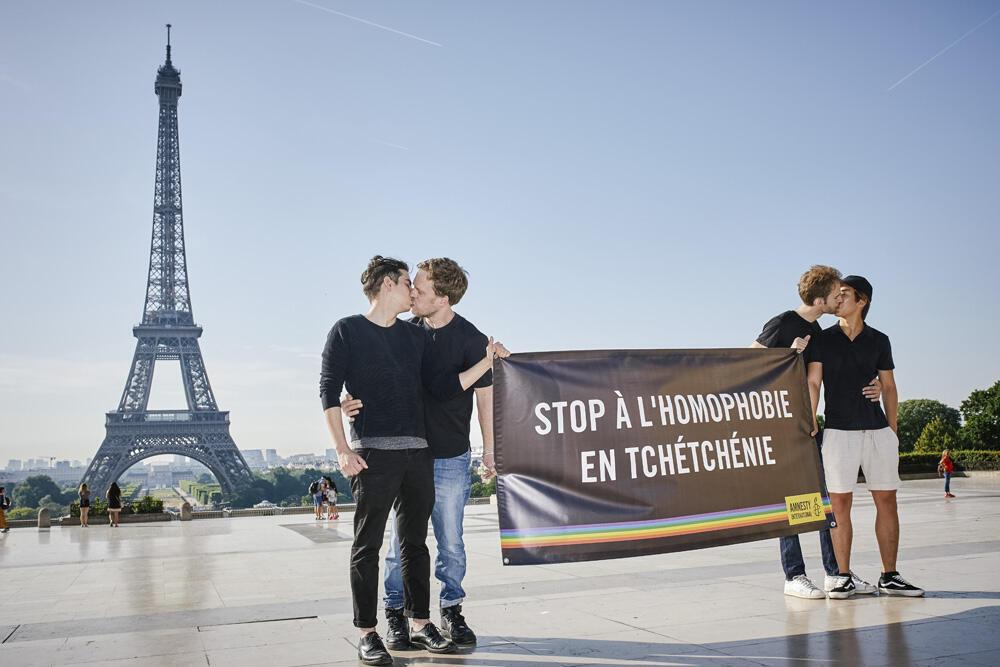 Ação da Anistia Internacional em Paris contra a homofobia na Chechênia.
