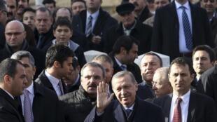 Премьер-министр Турции Эрдоган по выходе из мечети после пятничной молитвы в Анкаре 27/12/2013