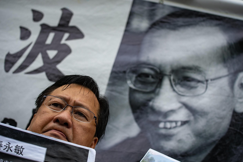 A Hong Kong ce vendredi 13, jour anniversaire de la mort de Liu Xiaobo, un hommage est rendu au prix Nobel et dissident devant le bureau de liaison du gouvernement chinois.