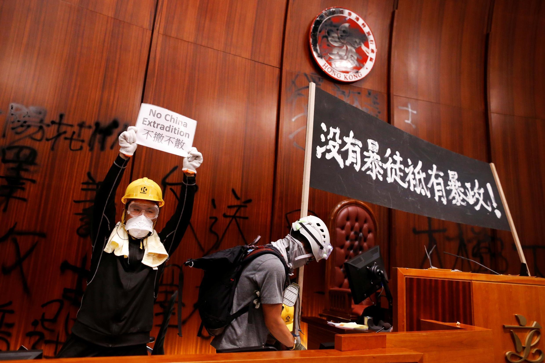 2019年7月1日,反送中抗爭運動中的七一遊行活動中,部分示威者衝入並佔領立法會會議廳。