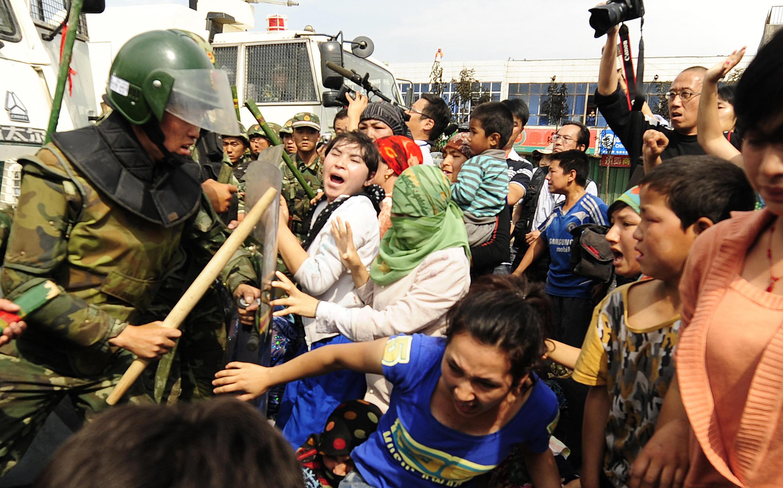 Las violaciones a los derechos humanos contra la comunidad uigur en Xinjiang no son asunto de los occidentales, estima China. Foto de archivo de una protesta de la comunidad uigur en 2009.