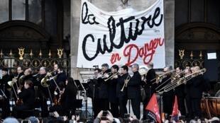 Концерт, организованный артистами Парижской оперы и «Комеди Франсез» перед зданием Гранд-Опера в знак протеста после пенсионной реформы, 18 января 2020 года.