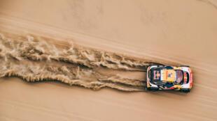 Stephane Peterhansel y Jean-Paul Cottret en un Peugeot 3008 DKR Maxi del equipo Peugeot Total en la etapa 2 del Rally Dakar, en las dunas cerca de Pisco, el 7 de enero de 2018.
