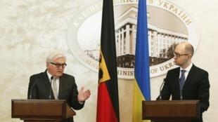 Ngoại trưởng Đức Frank-Walter Steinmeier (T) và Thủ tướng Ukraina  Arseni Iatseniouk, trong cuộc họp báo ngày  18/11/2014, tại Kiev