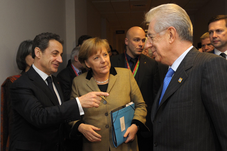Президент Франции Николя Саркози (слева), канцлер Германии Ангела Меркель и премьер-министр Италии Марио Монти на саммите ЕС в Брюсселе 30 января 2012 г.