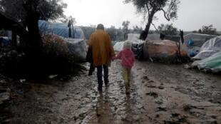 Les camps de réfugiés dans les îles grecques sont prévus d'accueillir cinq fois moins de personnes que la population actuelle, qui vit dans des conditions dramatiques. L'Allemagne s'est engagée à accueillir plus de 5 000 personnes échouées en Grèce.