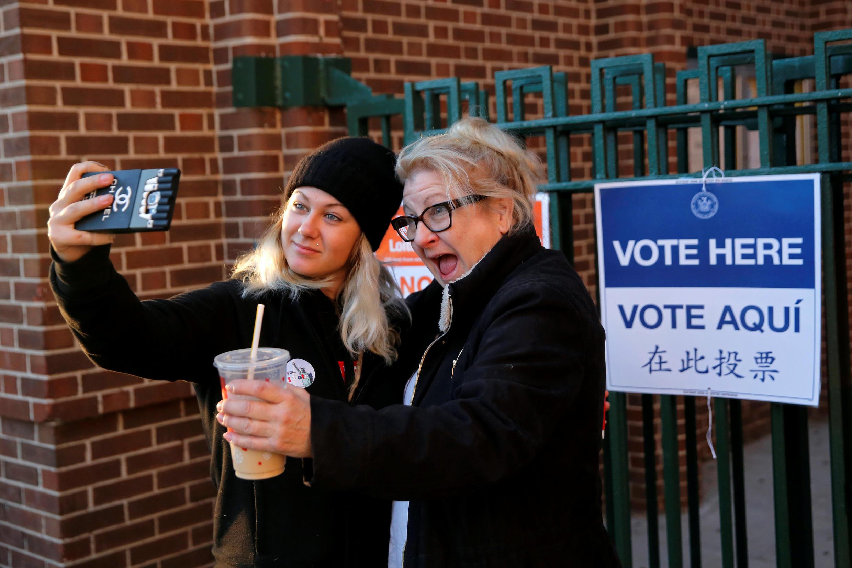 Os centros de votação em 9 estados da costa leste dos Estados Unidos abriram suas portas nesta terça-feira, às 6h local (9h de Brasília). Na foto primeiros eleitores no bairro de East Harlem de Manhattan, New York City, EUA 8 de novembro de 2016.