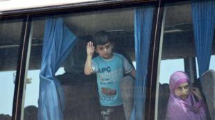 Un bus transportant des combattants rebelles et leurs familles évacués d'Idlib, en Syrie, le 1er mai 2018.