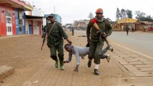 Polisi mjini Beni wakiwa wamemkamata mmoja wa waandamanaji hivi karibuni