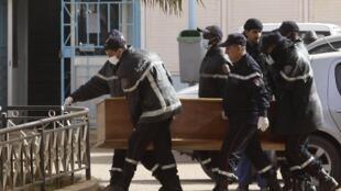 """حمل تابوت یکی از گروگانها در بیمارستانی در """"ان امیناس""""- ٢١ ژانویه ٢٠١٣"""