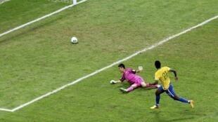 O brasileiro Jo marca o terceiro gol do Brasil contra o Japão no primeiro jogo da Copa das Confederações, neste sábado, 15 de junho de 2013.