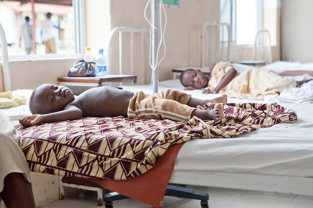 Wasu yara kwance a gadon asibiti masu fama da cutar cizon sauro ta Malaria