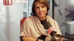 Mitzy Capriles en los estudios de Radio Francia Internacional.