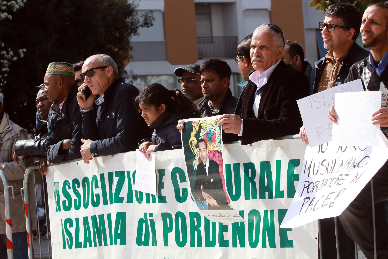 Manifestation de membres de la communauté marocaine et musulmane à Pordenone, en Italie, le 26 mars 2016, contre le terrorisme islamique.