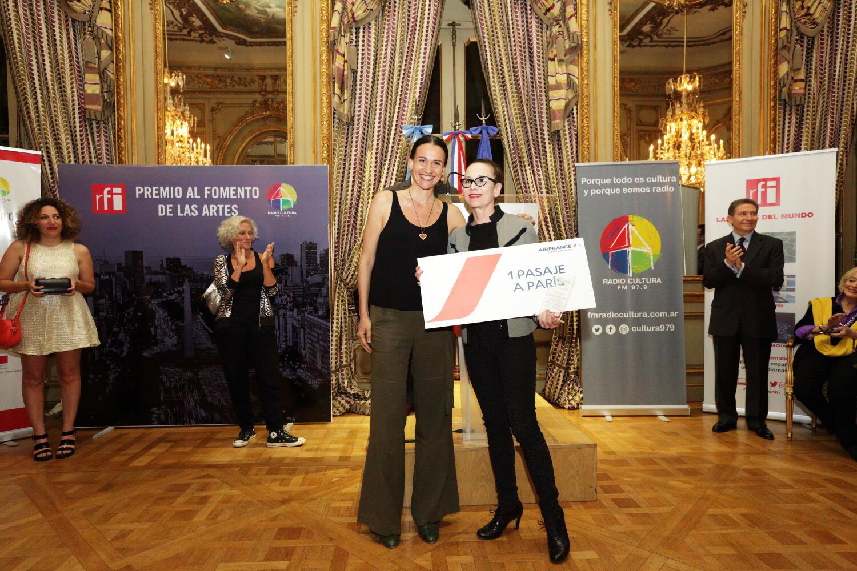 Elisabetta Riva entrega Premio a Diana Theocharidis.