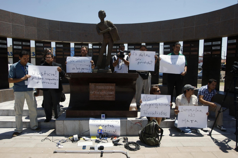 Periodistas con pancartas durante una manifestación contra los asesinatos de periodistas en Ciudad Juárez, México, este 4 de mayo de 2012.
