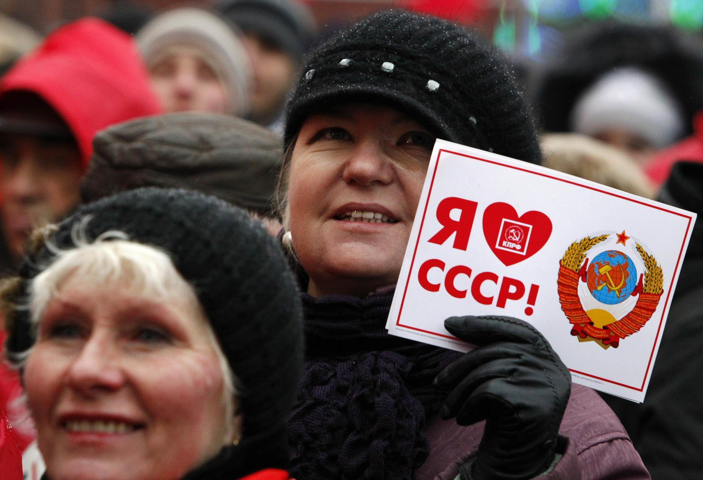 Khoảng 3.000 người ủng hộ đảng Cộng sản Nga diễu hành kỷ niệm Cách mạng tháng Mười - REUTERS /Mikhail Voskresensky