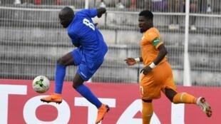 L'attaquant centrafricain Vianney Mabidé (maillot bleu), ici contre la Côte d'Ivoire, a été décisif face au Burundi.