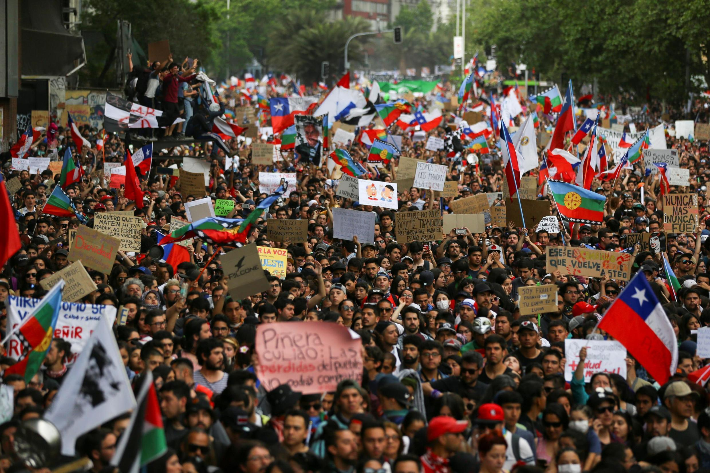 Manifestantes na capital do Chile a 25 de outubro reclamando reforma social