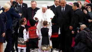 Papa Francisco abençoa crianças na chegada a Sofia, na Bulgária, neste domingo (5).