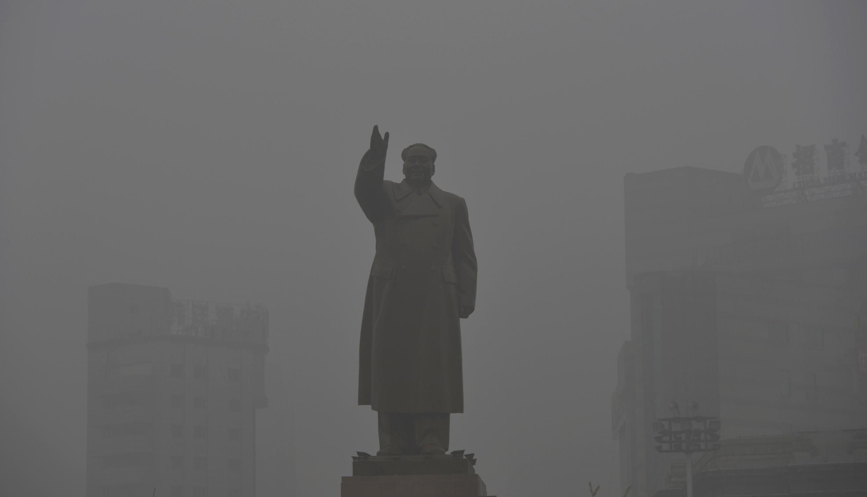 沈阳,一座消失在雾霾中的毛泽东雕像。