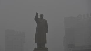 La statue de Mao Zedong, disparaissant dans le brouillard, à Shenyang, dans la province de Liaoning, le 21 oct 2013.
