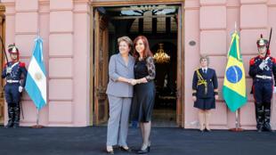 A presidenta Dilma Rousseff cumprimenta sua homóloga argentina em Buenos Aires, durante encontro do dia 25 de abril.