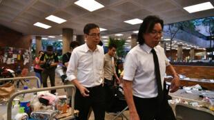 El abogado Daniel Wong (D) figura entre los detenidos en Hong Kong por haber ayudado a un grupo de activistas a intentar huir a Taiwán