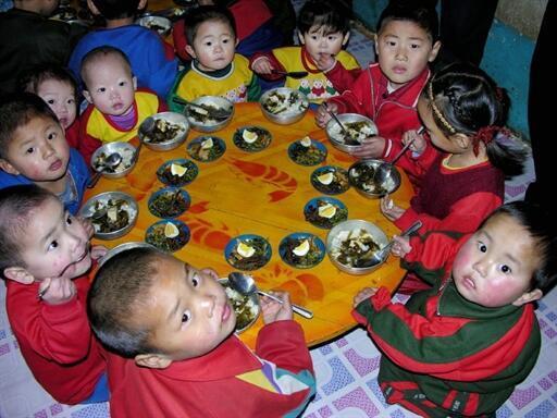 Trẻ em Bắc Triều Tiên ăn trưa tại một nhà trẻ ở tỉnh Pyongan, phía bắc.