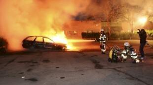 Voitures brûlées à Kista, dans la banlieue de Stockholm, le 21 mai 2013.