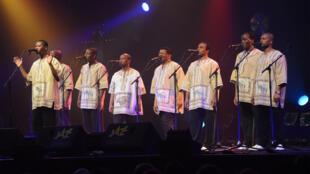 """Les Ladysmith Black Mambazo en concert à Coutances lors de la 33ème édition de """"Jazz sous les Pommiers"""", le 11 mai 2013."""