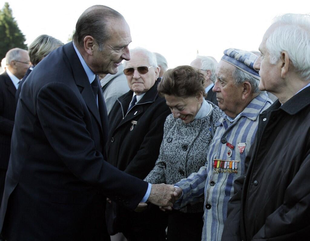 Президент Франции Жак Ширак с одним из бывших узников лагеря Нацвейлер-Штрутгоф в день инаугурации Европейского центра депортированных бойцов Сопротивления, 3 ноября 2005 года.