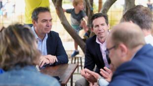 Le ministre du Tourisme australien Simon Birmingham (à dr.) lors d'une visite dans un café de l'île Kangourou le 19 janvier 2020.