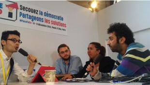 Julien Le Bot, Pierre Chrzanowski, Prisca Rananjarison et Omar Radi sur le plateau de l'Atelier des médias, enregistré le 8 décembre 2016, au CESE, à l'occasion du Sommet mondial du Partenariat pour un Gouvernement Ouvert du 7 au 9 décembre 2016, à Paris.
