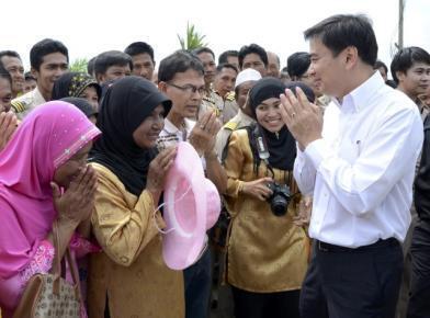 Waziri Mkuu wa Thailand Abhisit Vejjajiva akiwa na wananchi wa taifa hilo kwenye moja shughuli zake za kijamii